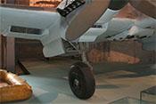 Federbein mit Laufrad und Fahrwerksverkleidung unter dem rechten Triebwerk