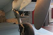 Linkes Hauptfahrwerk mit VDM-Luftfederbein, Tropfölleitung und den Fahrgestellklappen