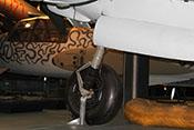 Innenseite des rechten Hauptfahrwerkes bestehend aus VDM-Luftfederbein mit Lenker und Bremsrohrleitung sowie Laufrad und Felge