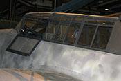 Instrumententafel und Reflexvisier 'Revi' für den Flugzeugführer, im Cockpitmittelteil das Beobachtergerätebrett