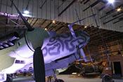 Rumpfspitze mit den Radarantennen hinter dem Spinner und dem Propeller des rechten Triebwerks