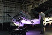 Flugmotor DB-605A vor dem Nachtjäger Messerschmitt Bf 110 G-4/R6 im RAF-Museum in London-Heandon