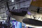 Flammvernichter am Triebwerk und Abwurftank unter der Tragfläche der Bf 110