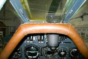 Cockpit mit Fahrtmesser, künstlicher Horizont, Variometer, Kompass und Ladedruckanzeige (v.l.) und Revi