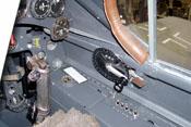 Steuerknüppel und Handkurbel zum Öffnen und Schließen der Schiebehaube
