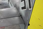 Anschluss des linken Höhenleitwerkes und Wartungsklappe für das Spornrad im Seitenleitwerk