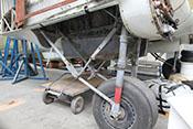 Rechtes Hauptfahrgestell mit Laufrad, Luftfederbeinen und Knickstreben unter dem Tragflächenmittelteil