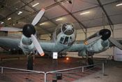 Frontansicht des zweimotorigen Kampfflugzeuges mit Blick auf das Cockpit und die Triebwerke