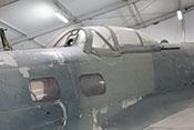 Fenster des Funker-Schützen-Raumes und Waffenstand (B-Stand) auf dem Rumpfrücken der Maschine