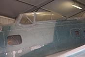 Fenster des Funker-Schützen-Raumes (links), des Lastenraumes (rechts) und Waffenstand (B-Stand) auf dem Rumpfrücken der Maschine
