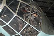 Blick durch die Kanzelverglasung in den Arbeitsraum mit dem Sitz des Flugzeugführers