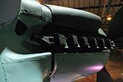 Flammendämpfer (Auspuffstutzen) des linken Jumo-211-Triebwerkes mit den ovalen Rohren zur Beheizung des Funkerschützenraumes