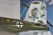 Aufgesetztes Seitenleitwerk mit Werknummer 191904 und Hakenkreuz