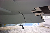Im Winkel von 45 Grad ausgefahrene Landeklappe an der Unterseite der linken Tragfläche