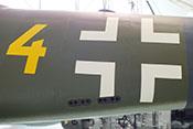 Balkenkreuz und taktische Nummer auf dem Rumpfhinterteil der Me 262 A-2a