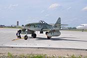 Schleppmechanik an der Me 262 welche im Sonnenschein auf dem Rollfeld wartet