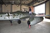 Blick auf Tragfläche, Triebwerk und Rumpf der Me 262 B-1a der Messerschmitt-Stiftung