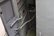 Blick auf die Bugradklappe und in den Fahrwerksschacht des Me262-Bugrollwerkes