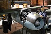 Darstellung von Wartungsarbeiten am Triebwerk Junkers Jumo 004B-1 der Me 262