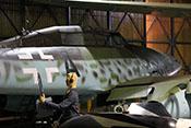 Verlängerter Windschutzaufbau des Cockpits über der Seitenwand des Me 262-Trainers