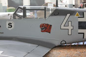 Bf 109 'Weiße 4' mit Wappen 'S' des JG26 'Schlageter' und dem Abzeichen 'Tiger' der 4. Staffel der I. Gruppe