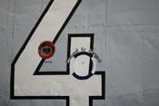 Anschlüsse für das elektische Bordnetz sowie zum Auffüller der Sauerstoffflaschen auf der rechten Rumpfseite