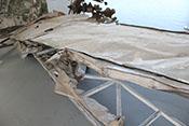 Fragmente des rechten Querruders an der Rückseite der Tragfläche
