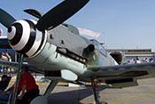 Große Ballung 'Beule' mit aufgesetzter Luftansaughutze auf der linken oberen Triebwerkverkleidung der Messerschmitt