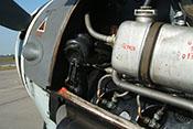 Dampfluftabscheider, Kühlmitteltank 'Glykol' und Kerzenstecker auf der linken Seite des Flugzeugtriebwerkes DB 605