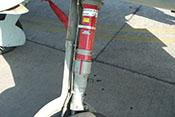 Linkes Federbein mit Bremsleitung und Abdeckblech