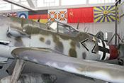 Blick über die linke Tragfläche auf den Rumpf der Messerschmitt Bf 109 G-14