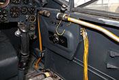 Sicherungskasten und Treibstoffleitung an der rechten Cockpitwand