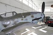 Blick über die rechte Tragfläche auf das Cockpit, die Triebwerkverkleidung und die Luftschraube