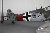 Rechte Rumpfseite des Jagdflugzeugs mit Balkenkreuz und Rumpfband