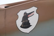 Wappen der III. Gruppe des Jagdgeschwaders 77 auf der rechten Triebwerkverkleidung