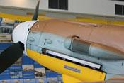 Ansaughutze mit Luftfilter und Abdeckblech über den Auspuffstutzen der Bf 109 G-2 Trop