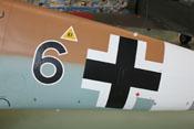 Schwarze 6 und Balkenkreuz auf dem seitlichen Flugzeugrumpf