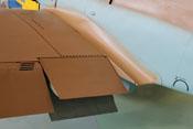 Offene Kühlerklappen der linken Tragfläche sowie Einstiegklappe im Rumpfteil 2 der linken Schalenhälfte