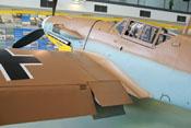 Hinterkante der linken Tragfläche mit ausgefahrener Landeklappe und Kühlklappen