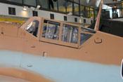Windschutzaufbau und Kopfschutzpanzer im hinteren Cockpitbereich