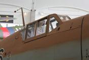Windschutzaufbau, Panzerung für den Piloten im hinteren Cockpitbereich und feststehender Antennenmast