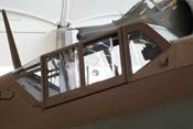 Windschutzaufbau, Reflexvisier, Panzerung für den Piloten im hinteren Cockpitbereich und feststehender Antennenmast