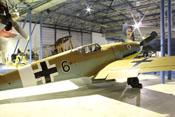 """Standort der Messerschmitt Bf 109 G-2 """"schwarze 6"""" im Frühjahr 2013, die Bomber Halle des RAF-Museums"""