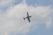 Beim Flug einer engen Linkskurve präsentiert die Bf 109 G-4 ihre Unterseite