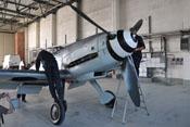 Wartungs- und Reinigungsarbeiten am verrußten Rumpf der Messerschmitt Bf 109 G-4
