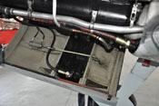 Schmierstoffkühler, Hydraulikzylinder zur Steuerung der Kühlerklappe und Schlauchleitungen im unteren Haubenteil