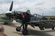 Ein Mitarbeiter der EADS Heritage Flight beim Schließen der oberen Triebwerkabdeckung
