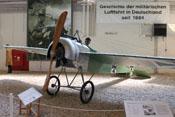 Fokker E.III mit einem synchronisierten Maschinengewehr - das erste deutsche Jagdflugzeug