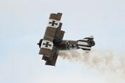 Dreidecker Fokker Dr.I im Flug auf der Flying-Legends-Airshow in Duxford