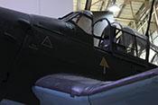 Flugzeugführersitz mit Rückenpanzer unter der geöffneten Schiebehaube